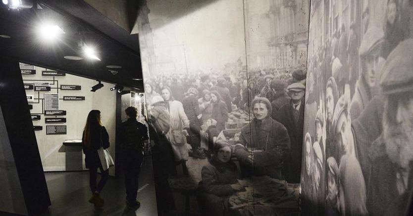 Visitatori al POLIN Museo della Storia degli ebrei polacchi a Varsavia